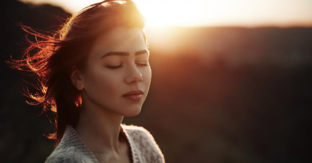 Mujer con ansiedad analizando profundamente como mejorar su vida